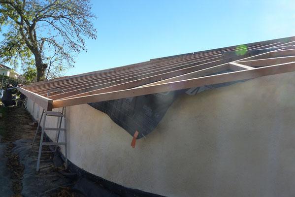 débords de toit sur mur rond
