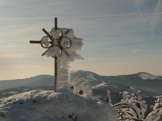 Gipfelkreuz am Zwercheck - im Hintergrund der Gr. Arber