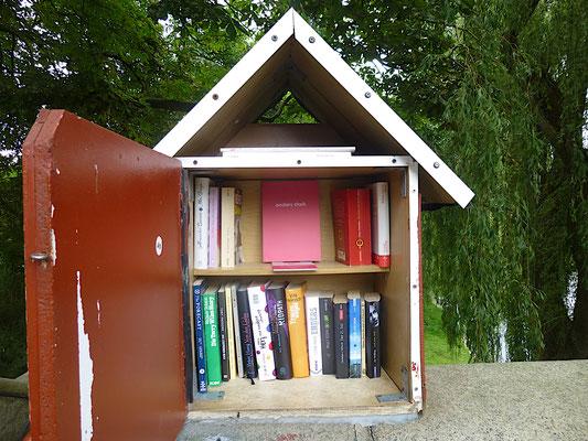 anders stark im Vogelhaus. In der Mitte Literatur und ringsherum viel freie Fläche für individuelle Gestaltung.