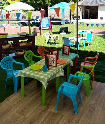 """Tables regroupées en """"buffet"""", une idée que j'ai gardée en observant les enfants qui réaménagent la Guinguette en jouant"""