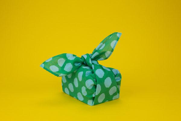 Stofftaschentuch als Geschenkpapier