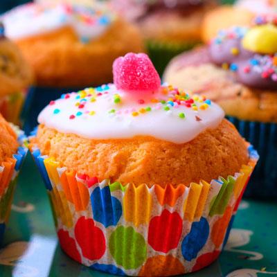 Muffin mit Zuckerguss und Gummibärchen für den Kindergeburtstag