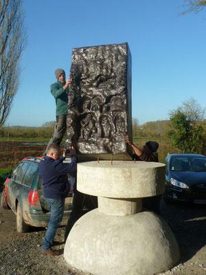 """Aveluy- janvier- Installation du nouveau monument """"la Nymphe d'Aveluy""""- oeuvre de soldats français sculptée pendant la guerre à quelques mètres de cette nouvelle stèle"""