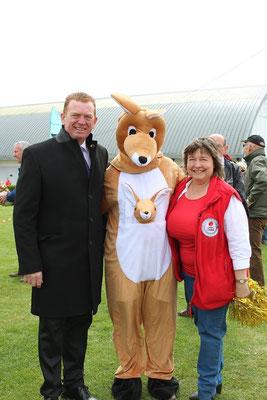 du 21 au 28 Avril 2017 : semaine australienne : Albert - 22 avril : match de rugby flag commémoratif : Le président de l'office de tourisme, la directrice et Skippy la mascotte