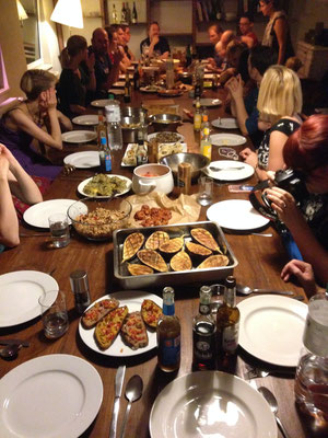 Alle nehmen am großen Tisch Platz.