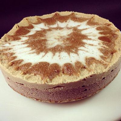 Eine schöne Dekoration macht die leckere Kürbis-Kaffee-Torte noch ansehnlicher.