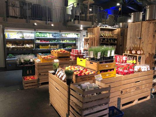 Das Angebot an frischem Obst und Gemüse variiert nach Saison und aktueller Verfügbarkeit. Angeboten wird das, was frisch vom Feld kommt.