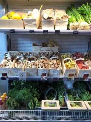 Dabei sind die Regale in der Hobenköök jedes Mal anders gefüllt: hier zum Beispiel mit einer zahlreichen Pilzauswahl, die man zum Teil erstmal googlen muss.