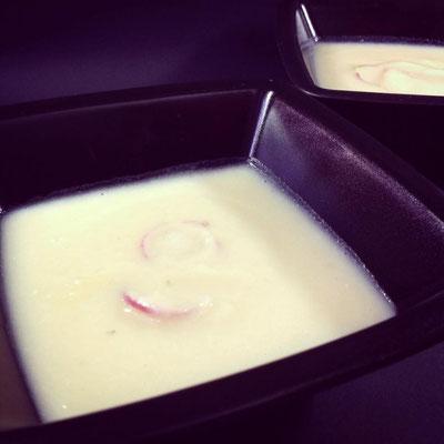 Nachher: Die fertige, heiße Suppe in zwei kleine Schälchen aufgeteilt.