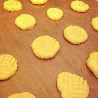 ... Sowie seine Hände und eine Gabel, um die Kekse zu formen. Wir nutzen hier übrigens Backpapier, das sich mehrmals verwenden lässt. Klick aufs Bild, um auf das Produkt zu kommen. (Affiliate-Link)