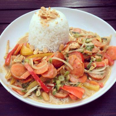 Die vegane Hauptspeise: Frisches Marktgemüse mit Erdnusssoße und Reis.