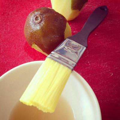 ... anschließend das Fruchtfleisch mit Zitronensaft einpinseln, damit es grün/gelb bleibt und nicht braun anläuft.