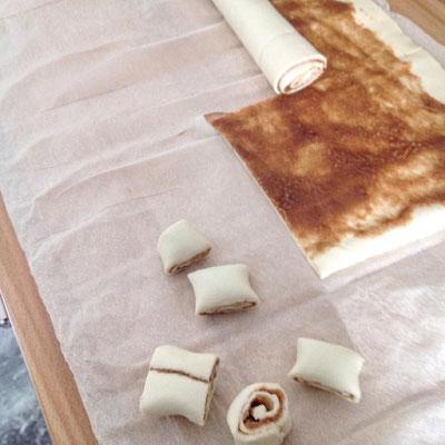 ... anschließend rollen und in kleine Scheiben schneiden. Je nach gewünschter Größe der Zimtschnecken quer oder längs rollen.