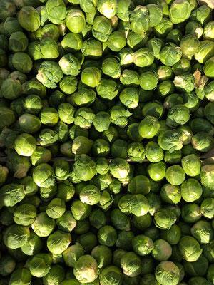 Grüner, frischer Rosenkohl vom Gemüsemarkt.