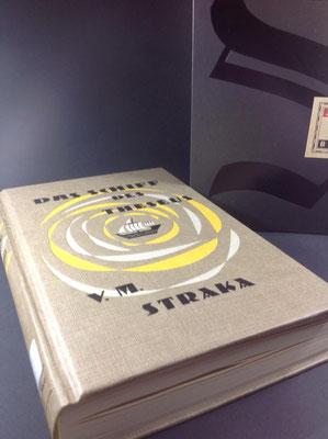 Aus dem Schuber ausgepackt, entdeckt man schon außen ganz tolle Sachen... S. riecht und sieht aus wie ein altes Buch.