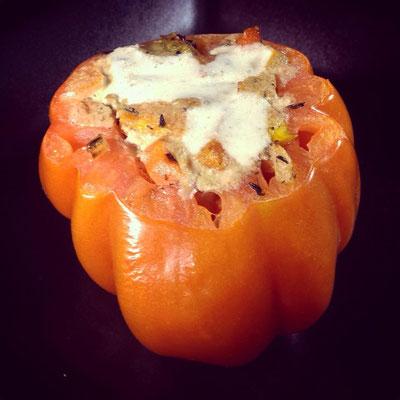 Gefüllte Tomate mit ein bisschen Walnusssoße zur Dekoration.