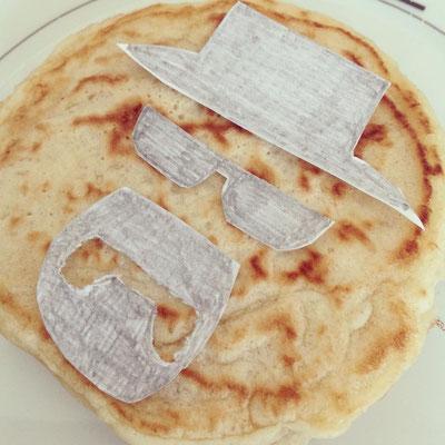 Zunächst auf Papier die Schablone zeichnen, ausschneiden und auf den Pancake legen...