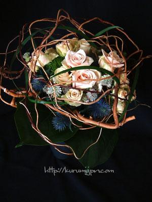 花束:枝で作った枠組み中に花を入れ込んでいます。普通の花束に飽きた方にオススメです。(ブーケタイプ)