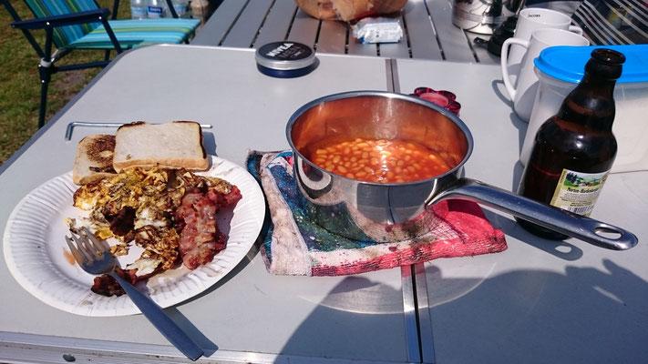 Kater Frühstück am Samstag... Speck, Eier, Bohnen, Bier... besser geht net!!