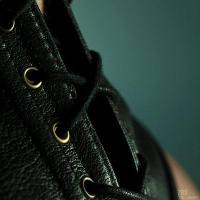 Corset de cou en cuir / Photographe : Aérien Ploo