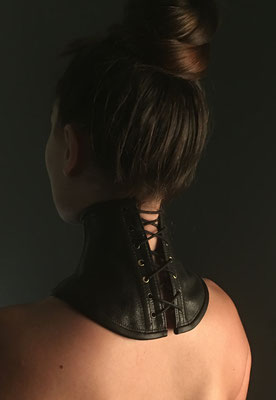 Corset de cou en cuir / Photographe : Coralie dans le studio d'Aérien Ploo