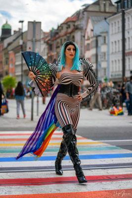 die Tiroler Dragqueen Sindy Sinful am Regenbogen Zebrastreifen in Innsbruck