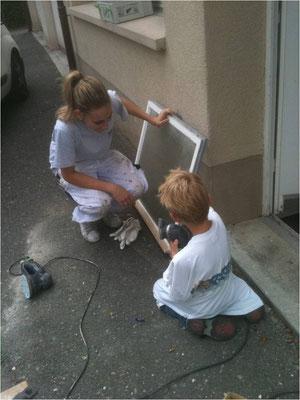Lehrtochter und Sohn bei der Arbeit