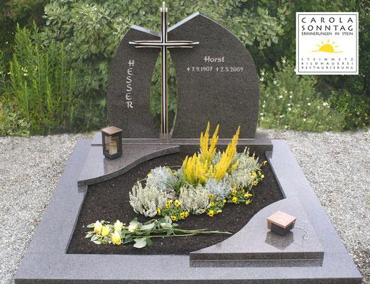 Doppelgrab mit Bronzekreuz