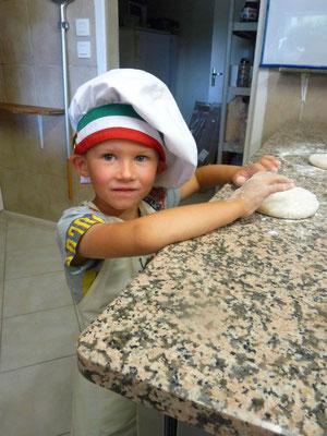 Mathys préparant sa pizza