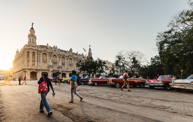 Oldtimers near El Capitolio