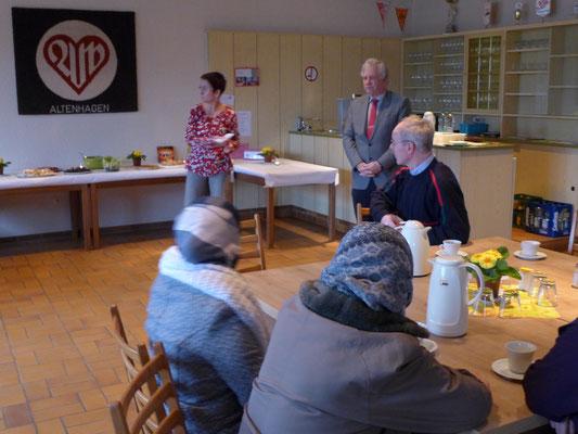 Hedda Kagelmacher ( 1. Vorsitzende ) und Holm Sternbacher ( Bezirksbürgermeister ) begrüßen die Anwesenden.