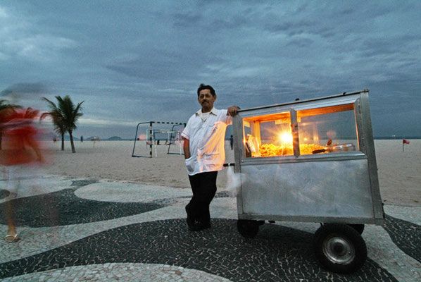 Rio de Janeiro, Typisch für Copacabana: Popcornverkäufer auf der Strandpromenade