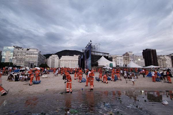 Rio de Janeiro, Am Neujahrsmorgen sorgen Hunderte von Müllmännern dafür, dass der Strand schnell wieder sauber wird.