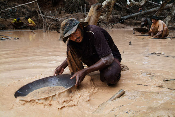 Apui, Bundesstaat  Pará, In der Hoffnung auf ein paar Goldkrümel wird der Schlamm in der Pfanne gewaschen.
