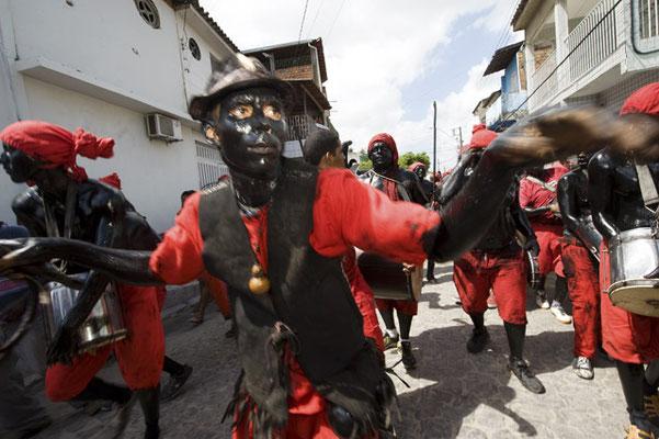 """Laranjeiras, Bundesstaat Sergipe Die Schwarzen sind zwar historisch die Unterlegenen, aber beim Volksfest """"Lambe sujo"""" erleiden sie die Niederlage wenigstens erhobenen Hauptes - und deshalb jagen einmal im Jahr auch schwarz angemalte Weiße trommelnd und s"""