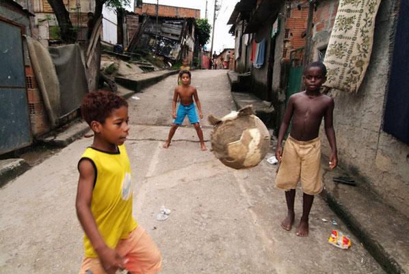 Rio de Janeiro, In den Favelas, den Armenvierteln der Großstädte, gehören die bewaffneten Drogengangs zum Alltag. Aber Fußball wird immer und überall gespielt