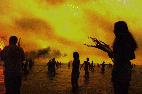 Rio de Janeiro, Während des Silvesterfeuerwerks am Strand von Copacabana werden zu Ehren der Meeresgöttin Yemanjá Blumen ins Meer geworfen.