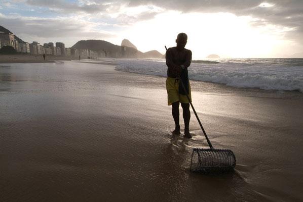 Rio de Janeiro, Copacabana, Früh am Morgen verspricht die Suche nach verlorengegangenen Wertgegenständen am meisten Erfolg - soviel, dass manche der urbanen Goldsucher davon leben können.