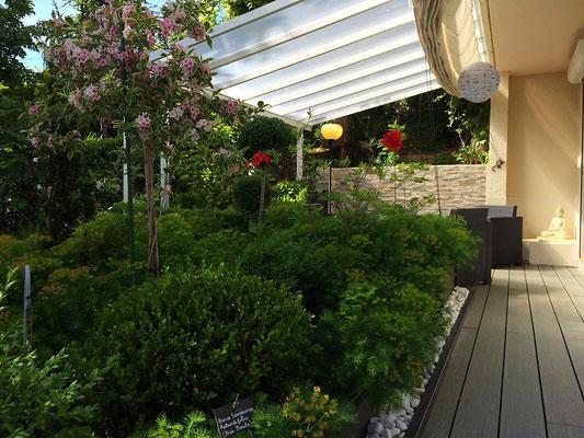 Le boudha de la chambre Zen des chambres d'hôtes La Villa Victoria Auvergne brille dans le soleil de fin de journée.