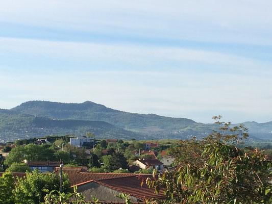 Vue sur la Toscane Auvergnate depuis la terrasse du petit déjeuner des chambres d'hôtes de la Villa Victoria
