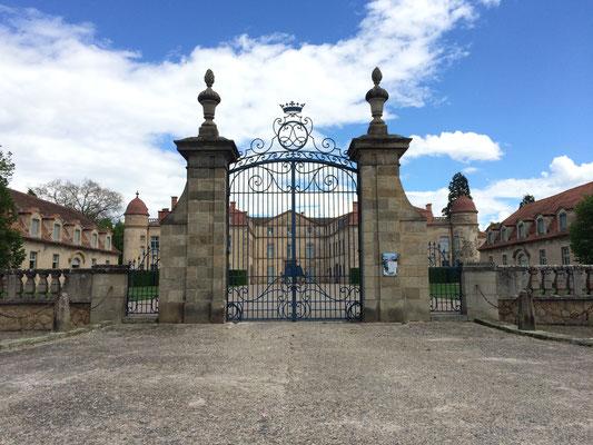 Le chateau de Parentignat, à 30 minutes de La Villa Victoria Auvergne - Chambres d'hôtes.