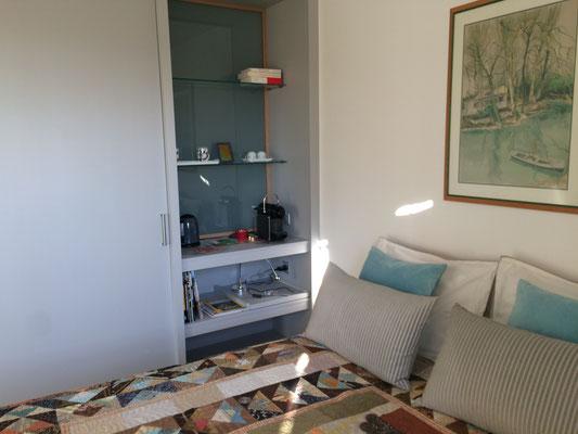 La chambre Nature côté li et espace thé-café (Villa Victoria Chambres d'hôtes en Auvergne)