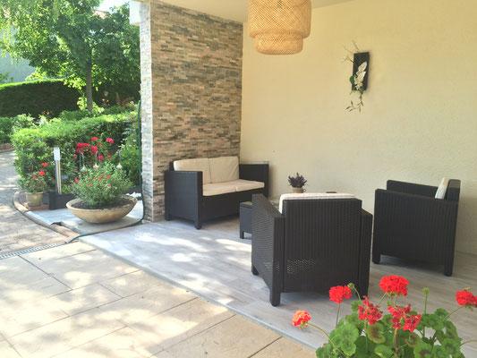 La terrasse privative de la chambre Nature qui donne directement sur la piscine (Villa Victoria Chambres d'hôtes en Auvergne)