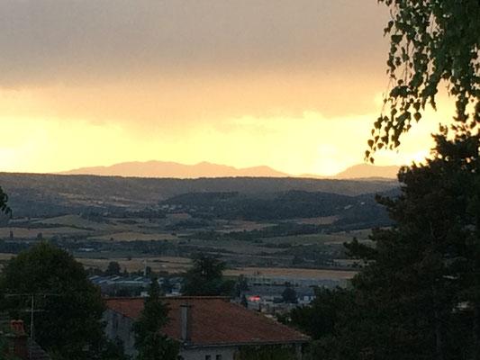 La vue sur le massif du Sancy depuis la terrasse du petit-déjeuner des chambres d'hôtes de la Villa Victoria Auvergne
