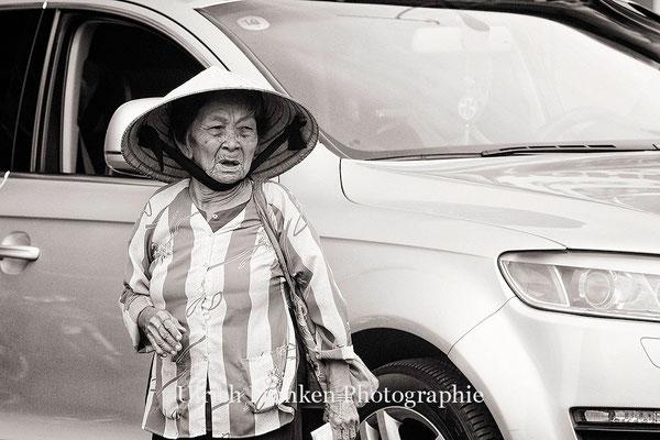 Ältere Dame beim überqueren der Strasse
