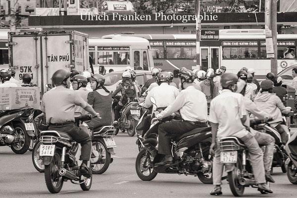 Noch dominieren Roller, Mofas und Fahrräder das Straßenbild