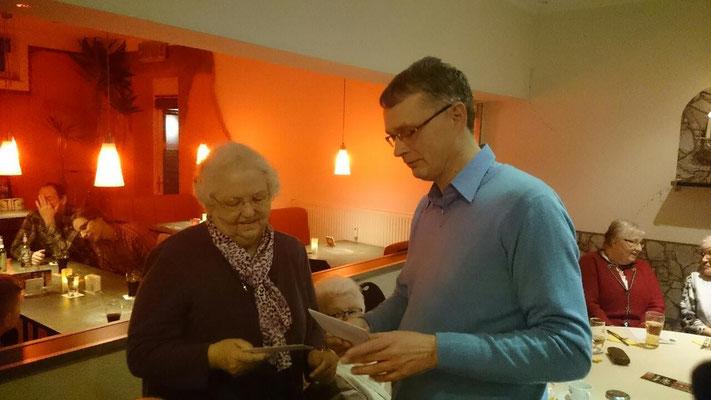 Sigrid Günther hat lange Jahre die Damengymnastikgruppe geleitet - Vielen Dank sagt Thorsten Quindel