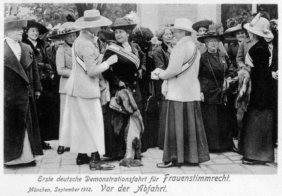 1. Aufstellung zur Kutschenfahrt in München 1912 (© Stadtarchiv München)