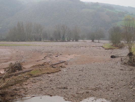 Importants dépôts d'alluvions dans la plaine en aval de Saint-Izaire