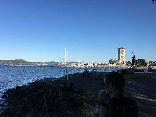Der Steg im Hintergrund links ist berühmt für seine Krabben-Fanggründe. Der Mann im Piratenkostüm rechts ist berühmt für die Erfindung der Nanaimoer Badewannen-Regatta.